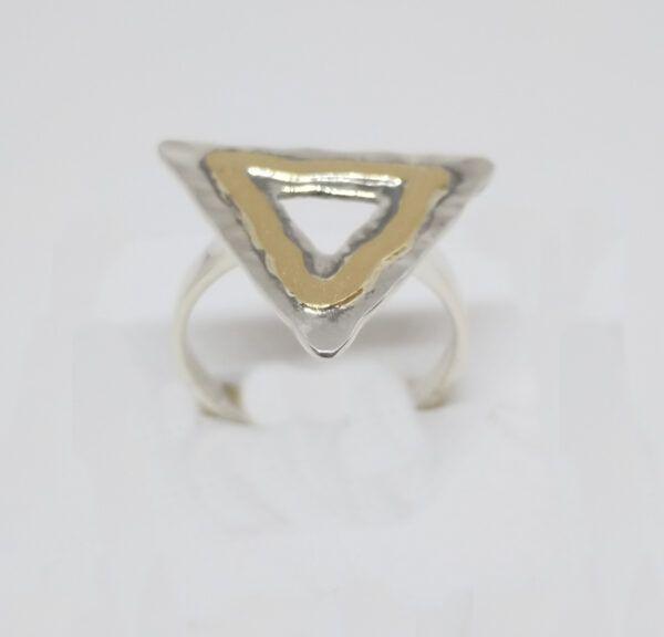 R320auSOR-600x576 Anillo triángulo con oro