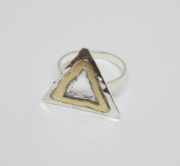 R320aubSOR-600x551 Anillo triángulo con oro